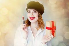 Kvinna i hatt med läppstift- och julgåvaasken Royaltyfri Bild
