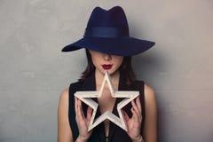 Kvinna i hatt med stjärnaform arkivfoton