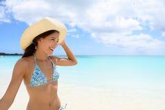 Kvinna i hatt på stranden - flicka som har gyckel i sol royaltyfri fotografi