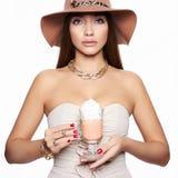 Kvinna i hattdrinkcappuccino arkivfoton