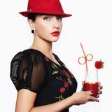 Kvinna i hattdrinkcoctail royaltyfri fotografi