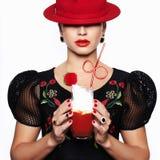 Kvinna i hattdrinkcoctail royaltyfri foto