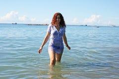 Kvinna i havet Fotografering för Bildbyråer