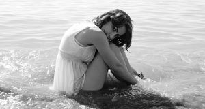 Kvinna i havet Arkivfoton