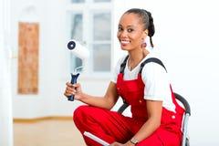 Kvinna i henne hem- renovera som är diy Arkivfoton