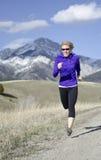 Kvinna i hennes femtiotal som kör i Montana Royaltyfria Bilder
