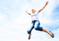 Kvinna i hennes 50-tal som högt hoppar Royaltyfria Foton