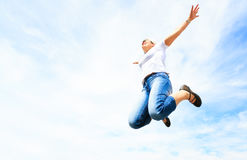 Kvinna i hennes 50-tal som högt hoppar Royaltyfri Fotografi
