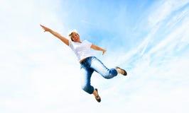 Kvinna i hennes 50-tal som högt hoppar Arkivfoton