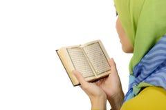 Kvinna i Hijab läs- Koranen Royaltyfria Foton