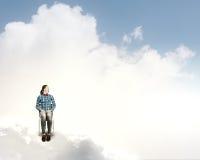 Kvinna i himmel Arkivfoto