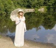 Kvinna i historisk klänning av XIX århundradet Royaltyfri Fotografi