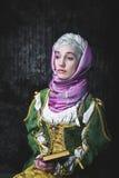 Kvinna i historisk klänning för medeltida stil Royaltyfri Fotografi