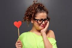 Kvinna i hjärta och gråt för exponeringsglasinnehav pappers- Arkivbild