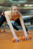 Kvinna i idrottshall arkivbild