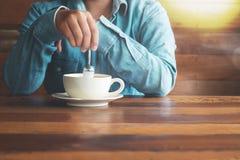 Kvinna i jeans med den varma kaffekoppen, Arkivbilder