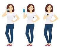 Kvinna i jeans med telefonen royaltyfri illustrationer