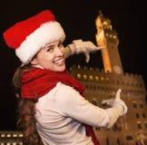 Kvinna i julhatt nära Palazzo Vecchio som inramar med händer Arkivbilder