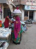 Kvinna i Junagadh/Indien Arkivfoton