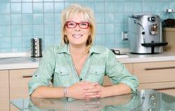 Kvinna i kök Royaltyfria Bilder