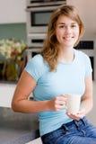 Kvinna i kök royaltyfria foton