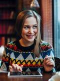 Kvinna i kafét som smilling Arkivbilder