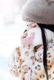 Kvinna i kall solig vinter Arkivfoton