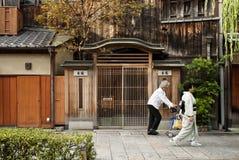 Kvinna i kimono på den kyoto japan gatan Royaltyfri Bild