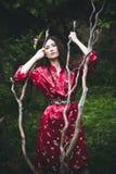 Kvinna i kimono i trädgård Arkivfoton