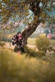 Kvinna i kimono under träd Royaltyfri Fotografi
