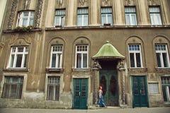 Kvinna i kjol nära en gammal byggnad royaltyfri foto