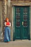 Kvinna i kjol n?ra en gammal byggnad arkivfoton
