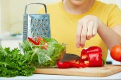 Kvinna i kök Arkivfoto