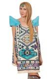 Kvinna i klänning med orientaliska tryck som isoleras på Arkivfoto