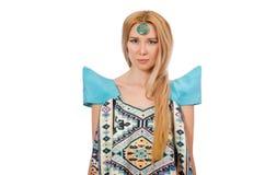 Kvinna i klänning med orientaliska tryck som isoleras på Royaltyfri Bild
