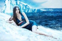Kvinna i klänning på den snöig stranden Arkivfoton