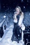 Kvinna i klänning utanför i vintersnö Arkivfoton