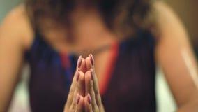 Kvinna i klassisk namastehandposition, yogamudra för tacksamhet och meditation lager videofilmer
