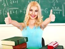Kvinna i klassrum. Arkivfoton
