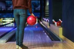 Kvinna i klubban för att bowla arkivbilder