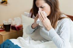 Kvinna i känslig förkylning för säng Royaltyfri Bild