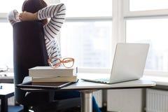 Kvinna i kontoret Royaltyfri Foto