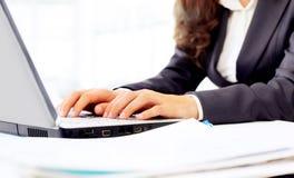 Kvinna i kontoret, arbete på datoren, royaltyfri fotografi