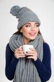 Kvinna i kopp för vintertorkdukeinnehav med kaffe Arkivbild