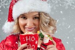Kvinna i kopp kaffe för hatt för santa ` s hållande bolljulen isolerade white för mood tre Arkivbild