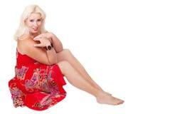 Kvinna i korallklänning Fotografering för Bildbyråer