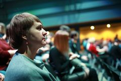 Kvinna i korridor på konserten fotografering för bildbyråer