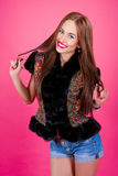 Kvinna i kortslutningar på en rosa bakgrund Fotografering för Bildbyråer