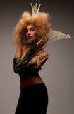Kvinna i krona med trendigt hår royaltyfri fotografi