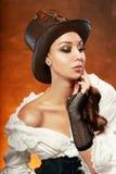 Kvinna i läderhatt arkivbild